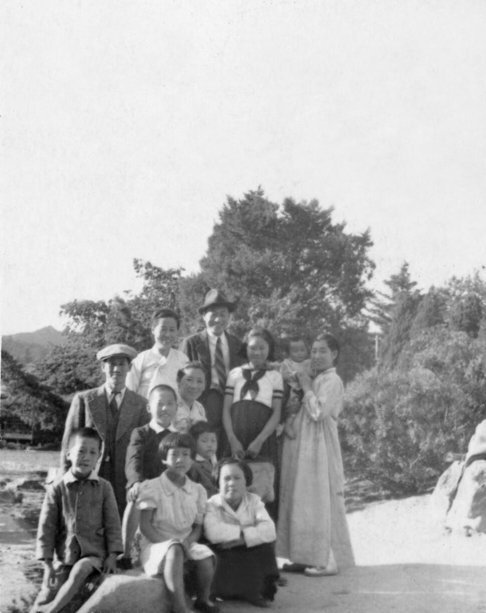 오기영의 가족사진. 뒷줄 중앙이 오기영, 왼편은 부인 김정순, 오른편이 장녀 오경수. 오기영 후손 제공