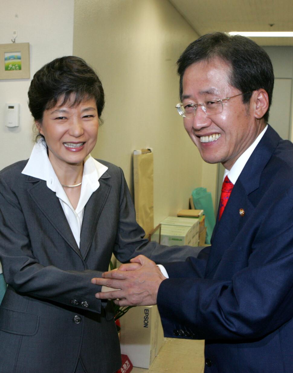박근혜와 홍준표가 사진기 앞에서 친한 척 보이려고 애를 쓴다. 풍자만화 같은 두 사람의 어색한 표정이 아무리 봐도 질리지 않는다. 2008년에 강재훈 기자가 찍었다.