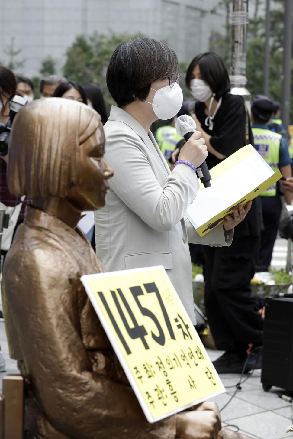 16일 낮 서울 종로구 구 일본대사관 앞에서 기자회견 형식으로 열린 `제1457차 일본군성노예제 문제해결을 위한 정기 수요시위'에서 이나영 정의기억연대 이사장이 주간보고를 하고 있다. 김혜윤 기자 unique@hani.co.kr