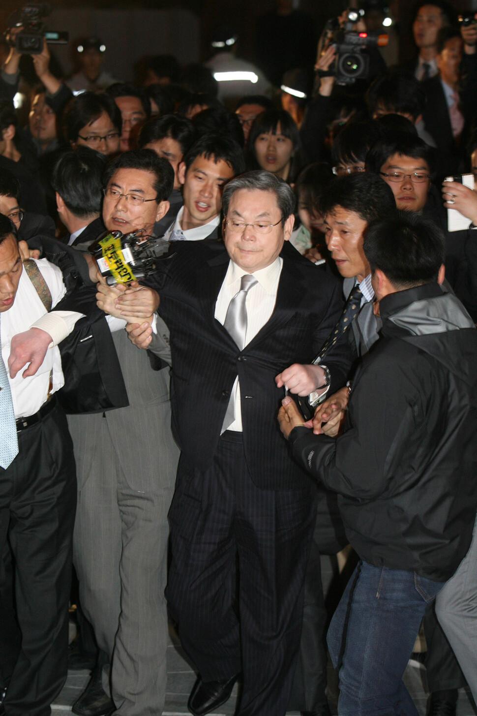 이건희 회장은 특검 조사를 막바지에 받았다. 2008년 4월4일 오후 조사를 받기 시작한 이 회장이 다음날인 5일 새벽 조사를 마치고 나오는 길에 취재진에게 둘러싸였다. 김진수 기자 촬영.