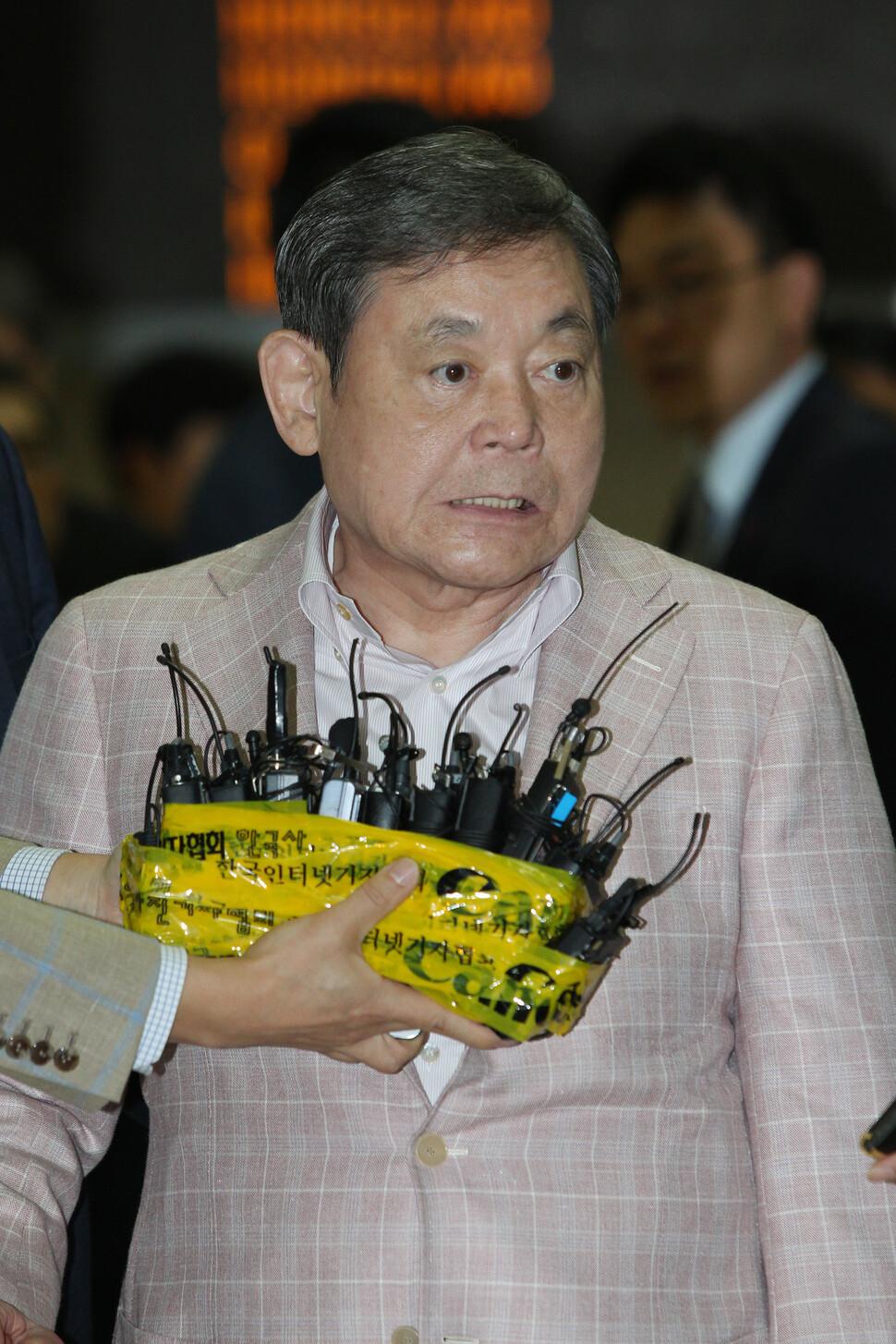 이건희 회장이 2012년 5월24일 오후 유럽 출장을 마치고 서울 김포공항으로 귀국했고, 이맹희씨의 소송 건으로 기자들의 관심은 이건희 회장에게 집중됐다. 기자들의 예상과 달리 이 회장은 맹렬하게 감정을 드러내며 맏형에게 공격을 퍼부었다. 이 회장의 얼굴에 분노가 그대로 드러난다. 이정아 기자 촬영.