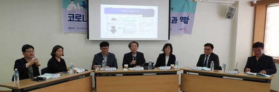 14일 오후 서울 마포구 한국와이엠시에이(YMCA)전국연맹에서 '코로나 위기, 사회적 경제의 접근법과 역할'을 주제로 열린 사회적경제 정책포럼에서 참석자들이 토론을 하고 있다. 박종식 기자 anaki@hani.co.kr