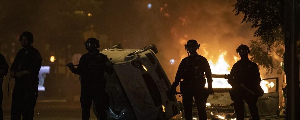경찰도 무릎 꿇고 시위 동참…미 뒤덮는 분노의 불길