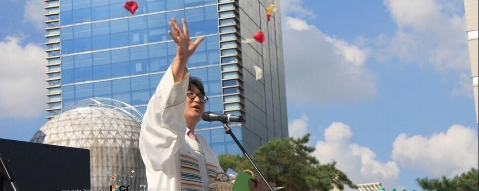 """동성애 지지 """"이단"""", 전광훈엔 '침묵'…교회의 이중잣대"""