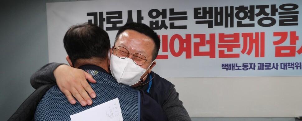 """""""택배 노동자, 28년 '공짜노동' 분류작업에서 해방됐다"""""""