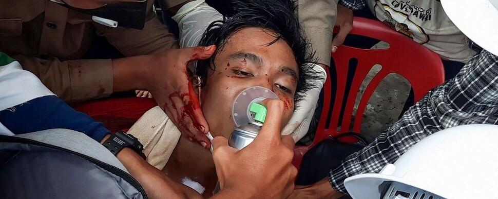 """미얀마 '피의 일요일'…유엔 """"조준 사격, 최소 18명 숨져"""""""
