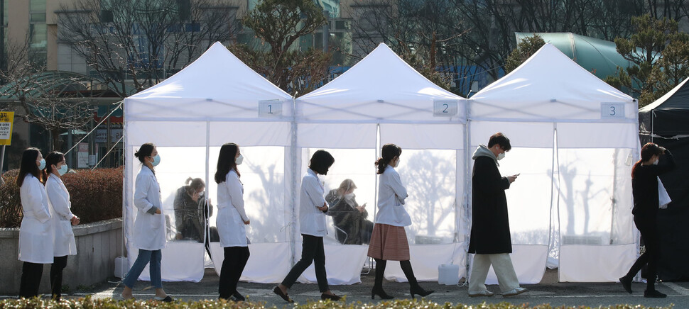 6일 오전 의료진과 환자 등 8명이 코로나19 확진 판정을 받아 진료가 중단된 경기도 성남 분당제생병원에서 의료진과 직원들이 주차장에 마련된 선별진료소를 찾아 검사를 받고 있다. 성남/백소아 기자