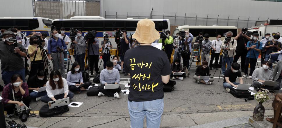 '제1457차 일본군성노예제 문제해결을 위한 정기 수요시위'에서 한 참가자가 연대발언을 대신 읽고 있다. 김혜윤 기자