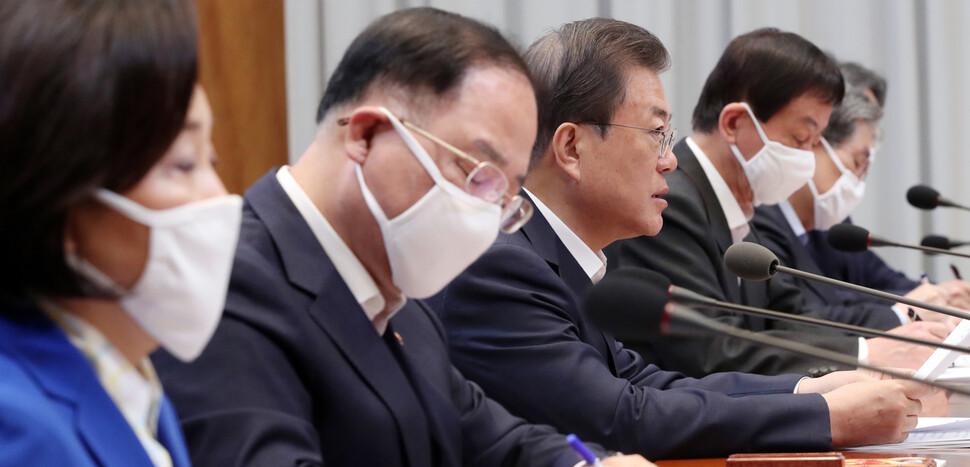 """문 대통령 """"재난지원금 선별 지급, 쉽지않은 결정…재정 비축 필요"""""""
