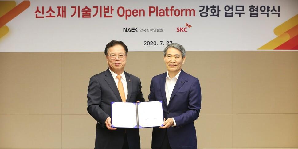 SKC와 한국공학한림원이 27일 서올 종로구 SKC 본사에서 신소재 기술기반 오픈 플랫폼 강화 업무협약을 체결했다. 이완재 SKC 사장(왼쪽)과 권오경 한국공학한림원 회장(오른쪽). SKC 제공