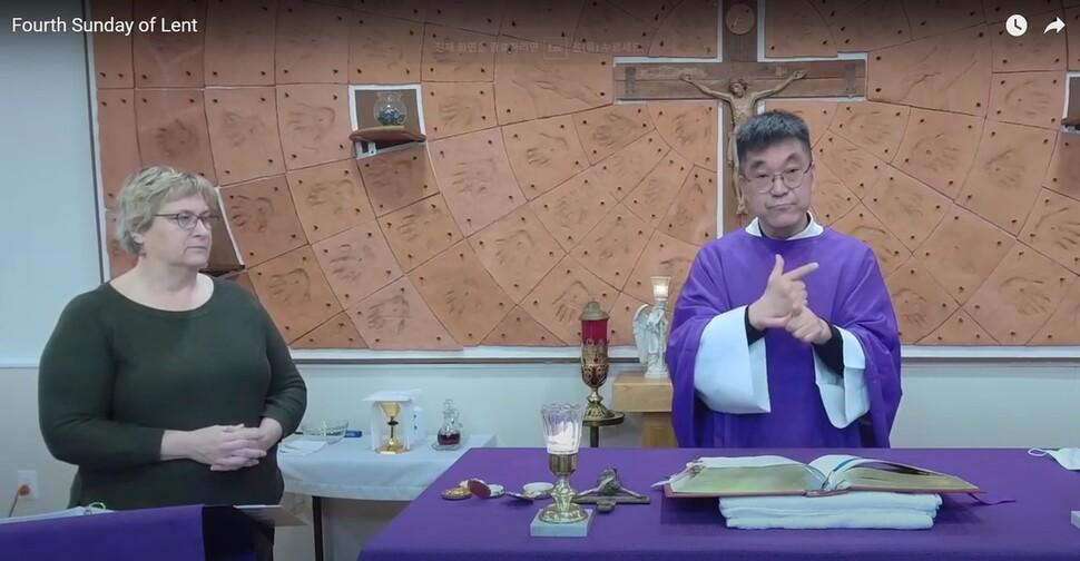 미국 수어로 청각장애인들을 위한 미사를 집전 중인 박민서 신부. 가톨릭 워싱턴대교구 유튜브 갈무리