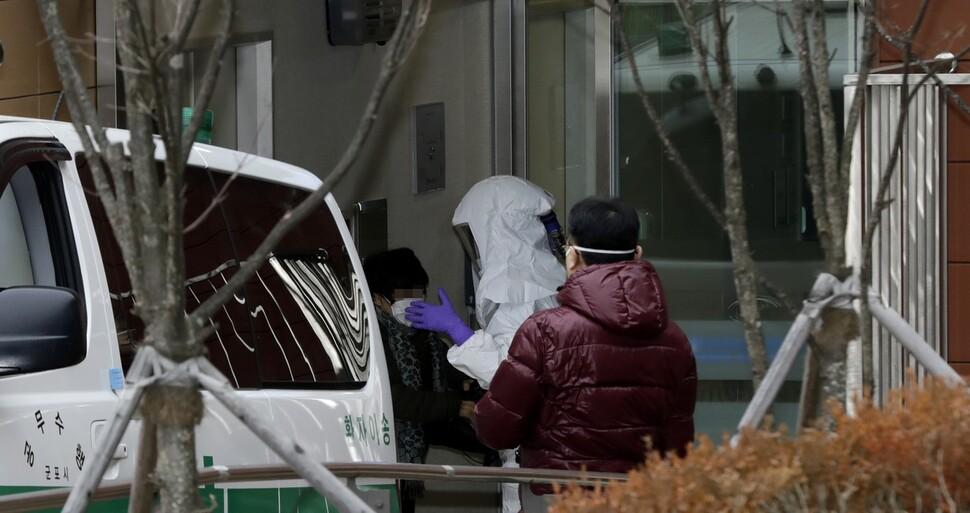 4번째 확진자 '감기'로 찾아간 첫 병원, 보건당국에 '신고누락'