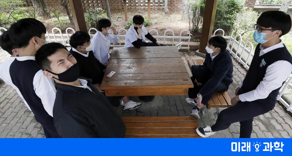 4중 차단 효과…마스크, 이타적 생활백신이 되다