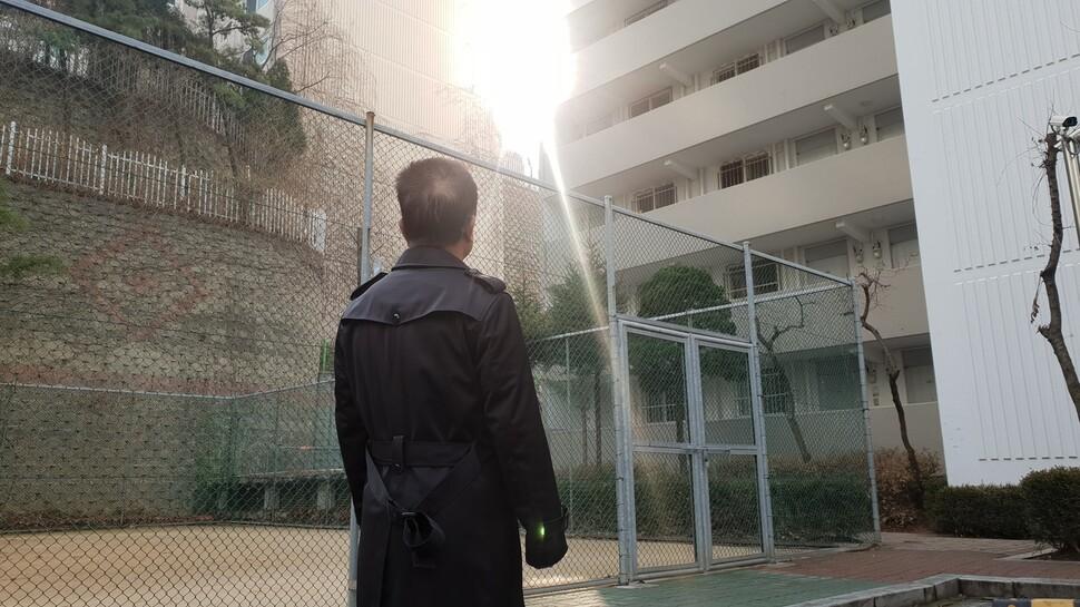 북한과 중국, 한국을 오가며 경계인의 삶을 살아온 박태형(가명·59)씨가 대법원 확정판결을 앞둔 지난 22일 서울의 한 아파트 단지 안에서 태양을 바라보고 서 있다.
