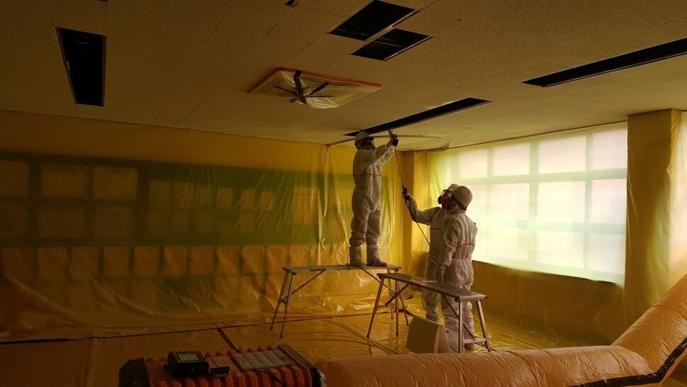 대구지역의 한 교실에서 천장에 붙은 텍스를 떼어내고 무석면 친환경 텍스로 바꾸는 교체작업이 한창이다. 대구시교육청 제공