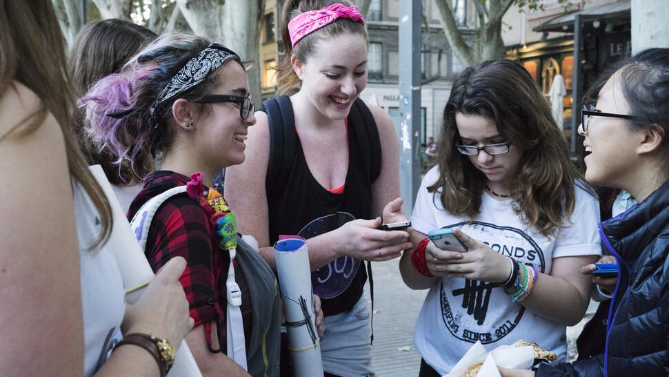 다인씨가 프랑스 아비뇽에서 프리허그를 하고 있던 또래 여행객들과 꿈에 대해 이야기를 나누고 있다. 다인씨 제공