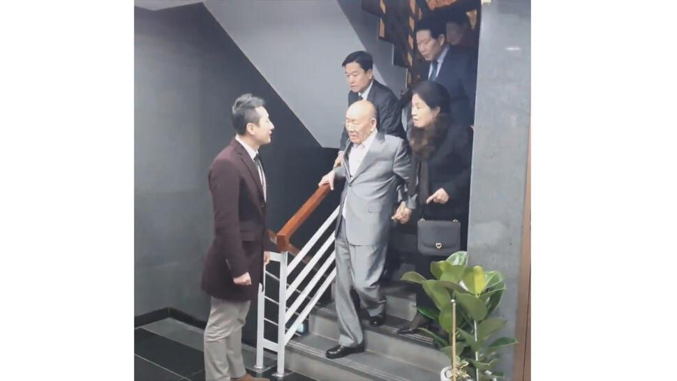 지난 12월12일 서울 강남구 압구정동의 한 식당에서 임한솔 정의당 부대표가 전두환씨에게 말을 걸고 있다. 임 부대표 제공