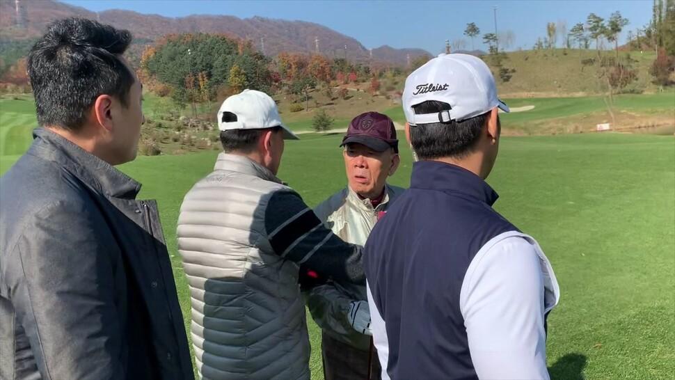 지난 11월7일 강원도 홍천 한 골프장에서 전두환씨가 임한솔 정의당 부대표를 바라보고 있다. 임 부대표 제공