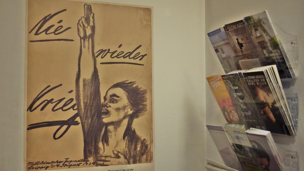 지난 2월9일 케테 콜비츠의 대표적인 작품 <전쟁이 다시 일어나선 안 된다>가 케테 콜비츠 박물관 입구에 걸려 있다. 채혜원 제공