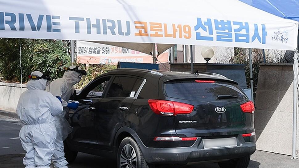 대전 유성구보건소 의료진이 지난 26일 선별진료소를 찾은 시민의 검체를 채취하고 있다. 대전시 제공