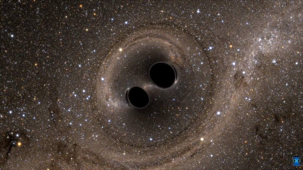 거대 질량의 두 블랙홀이 충돌하기 직전의 모습을 보여주는 시뮬레이션 영상. 2015년 9월 미국 라이고(LIGO) 중력파 관측소 두 곳에서 동시에 포착된 중력파 신호는 이처럼 두 블랙홀이 서로 마주보며 회전하다 가까워져 충돌할 때 생성된 것으로 규명됐다. 라이고 과학협력단 제공