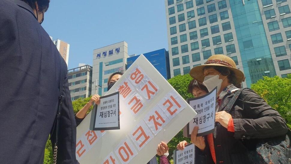 '56년 만의 미투' 당사자인 최말자(오른쪽)씨가 지난 6일 오후 부산 연제구 거제동 부산지법에 정당방위 인정을 위한 재심을 청구하러 법원 청사로 들어가고 있다. 오연서 기자 loveletter@hani.co.kr