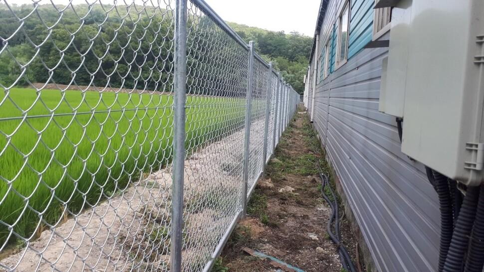 ASF 중점방역관리지구 내 양돈농가 주변에 설치한 울타리.