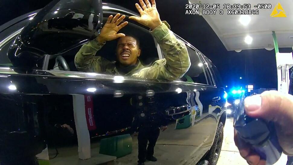 2020년 12월5일, 미국 버지니아주 윈저에서 현역 육군 장교인 캐런 나자리오가 교통 단속을 하던 경찰관이 쏜 최루액을 맞고 고통스러워하고 있다. 경찰관의 보디카메라 영상 갈무리.