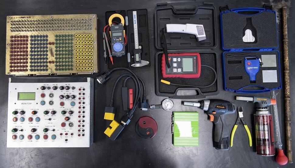 박병일 대표가 직접 개발한 시뮬레이터와 각종 정비 도구들