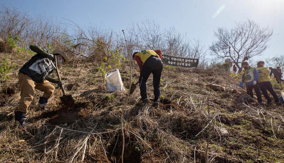 가습기살균제, 석면, 라돈침대로 희생된 피해자와 유족들이 5일 오후 서울 마포구 노을공원 내 가습기살균제 피해자 '추모의 숲'에서 나무를 심고 있다. 공동취재사진