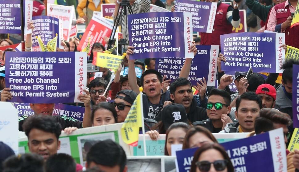 네팔, 방글라데시 등에서 온 이주노동자들이 20일 오후 서울 중구 서울파이낸스센터 앞에서 열린 2019 전국이주노동자대회에서 사업장 이동의 자유와 노동 3권 보장 등을 요구하는 구호를 외치고 있다. 이들은 대회를 마친 뒤 청와대 앞까지 행진했다. 박종식 기자 anaki@hani.co.kr