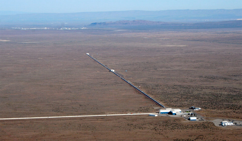 중력파를 검출한 거대 검출장치 라이고. 출처 라이고(LIGO) 과학협력단