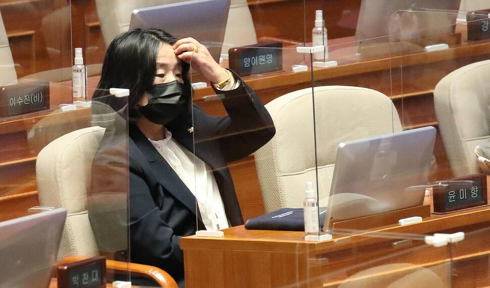 더불어민주당 윤미향 의원이 15일 오후 국회 본회의장에서 열린 외교·통일·안보 분야 대정부질문에 참석해 뭔가를 생각하고 있다. 공동취재사진