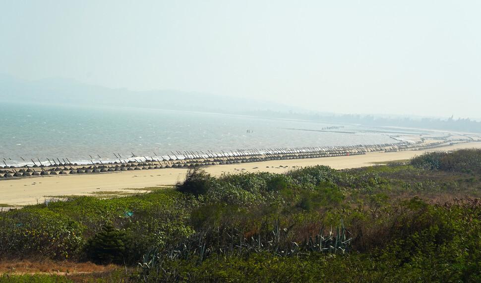 진먼섬 구닝터우 마을 해안에 섬 상륙 방지용 쇠말뚝이 박힌 군사시설물인 용치 수천개가 설치돼 있다.