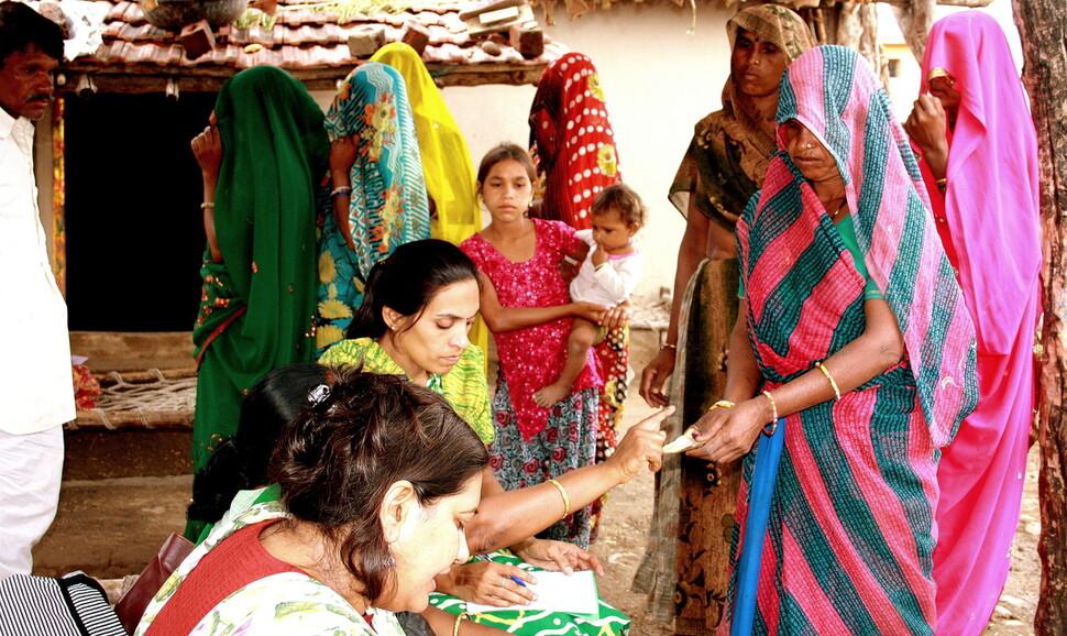 2011년 인도 마디아프라데시주에서는 약 18개월에 걸쳐 모든 주민에게 조건 없이 현금을 지급하는 기본소득 실험이 실시됐다. 마을 여성들이 현금을 지급받으며 자영업여성협회 직원들의 설명을 듣고 있다. 사라트 다발라 제공