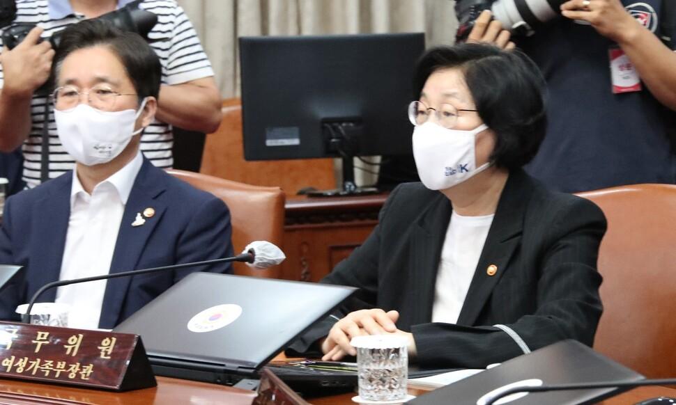 이정옥 여성가족부 장관이 14일 정부서울청사에서 열린 국무회의에 참석해 있다. 연합뉴스