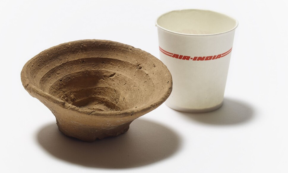 대영박물관은 오는 19일(현지시각)부터 3500년 전 고대 미노스문명 때 사용한 일회용 머드컵(왼쪽)을 전시한다. 옆에는 1990년대 만들어진 일회용 방수코팅 종이컵이 함께 전시된다. 대영박물관 제공