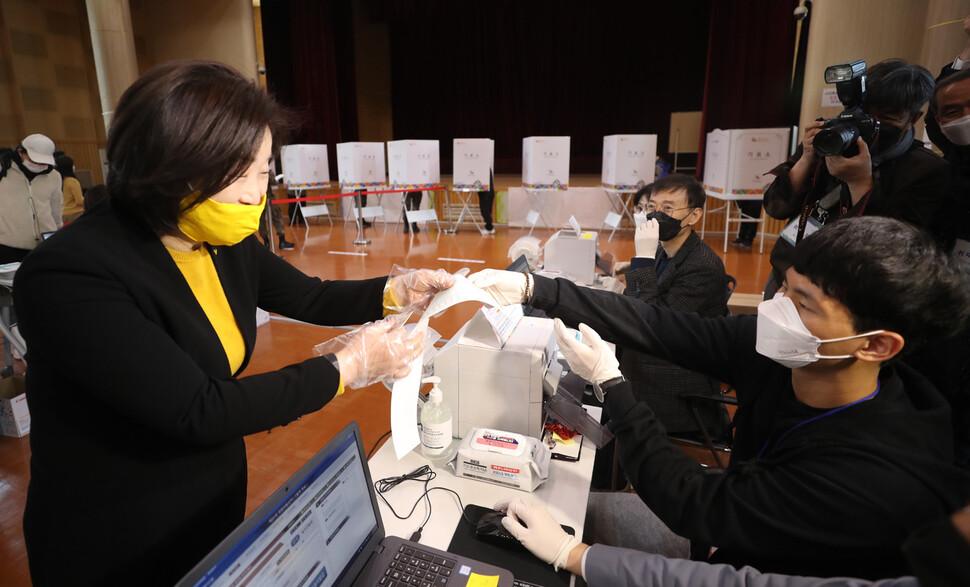정의당 심상정 대표가 10일 오전 경기 고양시 덕양구청에 마련된 사전투표소에서 투표용지를 받고 있다. 연합뉴스