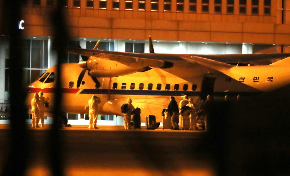일본에 정박중인 크루즈선 다이아몬드 프린세스에 탑승했던 한국인 6명과 일본인 배우자 1명이 19일 새벽 김포공항에 착륙한 공군3호기에서 내리고 있다. 백소아 기자 thanks@hani.co.kr