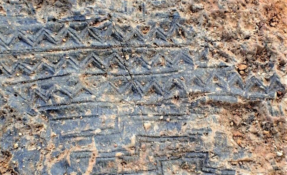 대성동고분군 108호 목곽묘에서 발굴된 칠기 목제 부장품. 삼각형이 반복되는 형태의 무늬가 새겨져 있다.