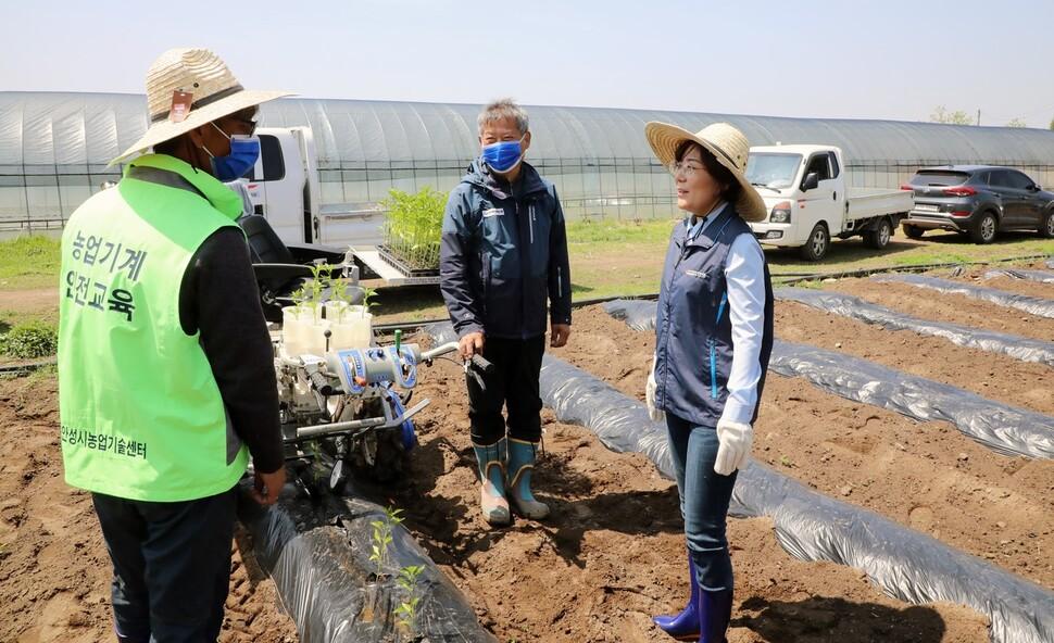 지난 5월 6일 안성시 서운면 인리에서 열린 고추파종기계 시연회에 참석한 김 시장(맨 오른쪽)이 농민들과 이야기를 나누고 있다. 안성시 제공
