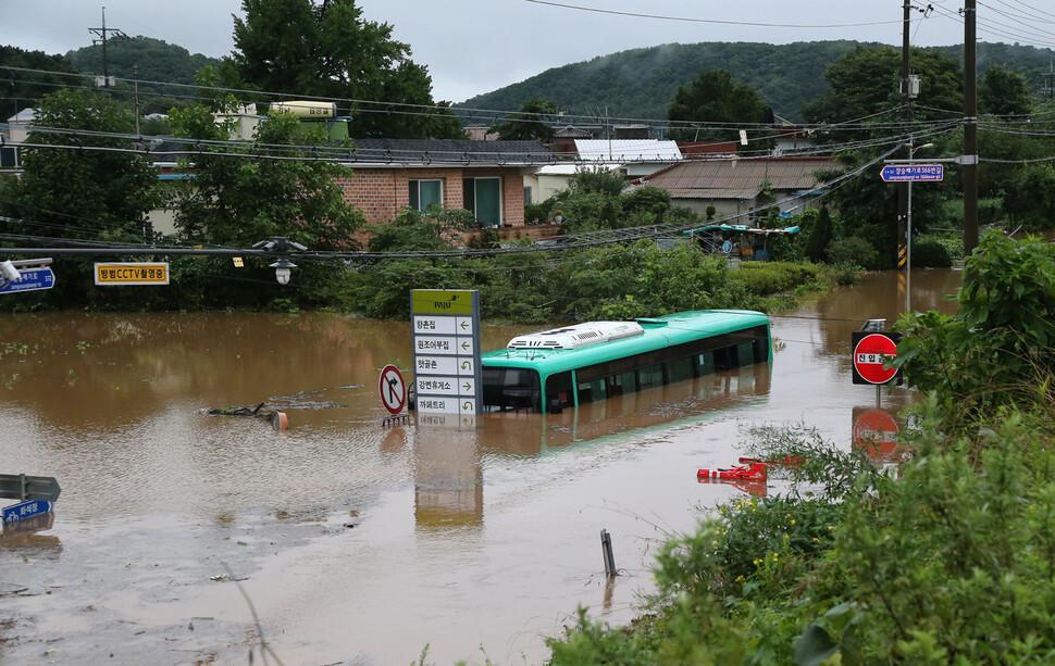 6일 경기도 파주시 파평면 두포리 일대가 갑자기 불어난 강물로 침수돼 파주와 고양을 오가는 92번 버스가 잠겨 있다. 연합뉴스