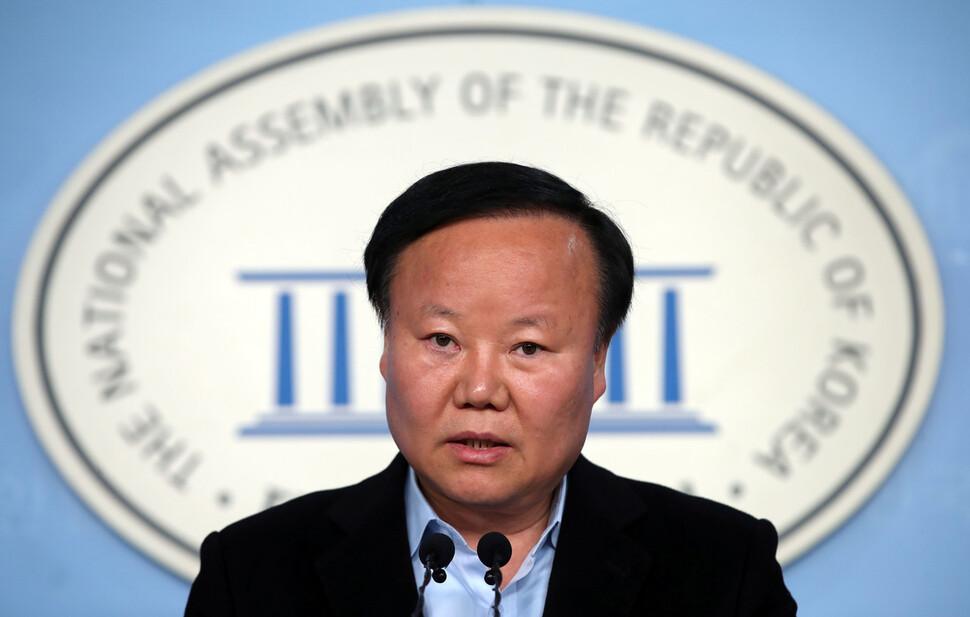 자유한국당 김재원 정책위의장은 24일 오전 국회 정론관에서 기자회견을 열고 '비례대표 전담 정당'을 결성하겠다고 밝혔다. 연합뉴스.