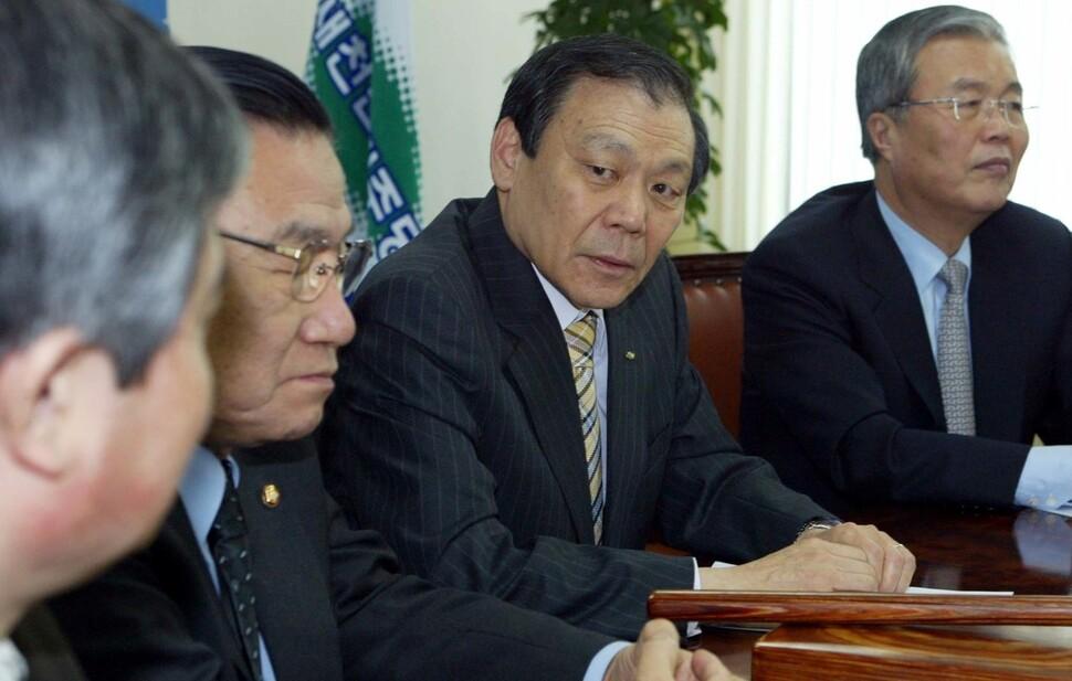 2004년에 열린우리당도 한나라당도 아닌 새천년민주당의 비례대표 의원이 되어 김종인은 국회에 돌아온다. 김봉규 기자가 조순형과 김종인을 나란히 사진에 담았다.