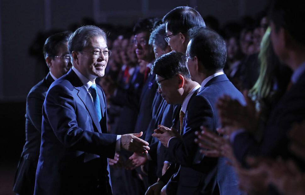 문재인 대통령이 5일 삼성동 코엑스에서 열린 \'무역의 날\' 기념식에 입장하고 있다. 연합뉴스