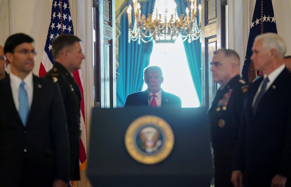 도널드 트럼프 미국 대통령이 8일(현지시각) 오전 이란의 이라크 미군기지에 대한 미사일 공격과 관련해 대국민 연설을 하기 위해 백악관 중앙현관(그랜드 포이어)으로 들어서고 있다. 워싱턴/로이터 연합뉴스