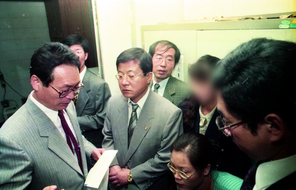 서울대 신 교수 성희롱 사건의 항소심 중 진행된 현장검증을 담은 사진에 피해자인 그의 모습이 포착됐다. 고 김종수 기자가 이날 찍은 사진 중 신문에 실리지 않은 사진이 여러 장 발견됐는데, 그 가운데 5장이 넘는 사진에 박원순 변호사(현 서울시장·가운데 뒤)의 모습이 담겼다. 그는 피해자의 공동 변호인 중 한명으로 활동했다.