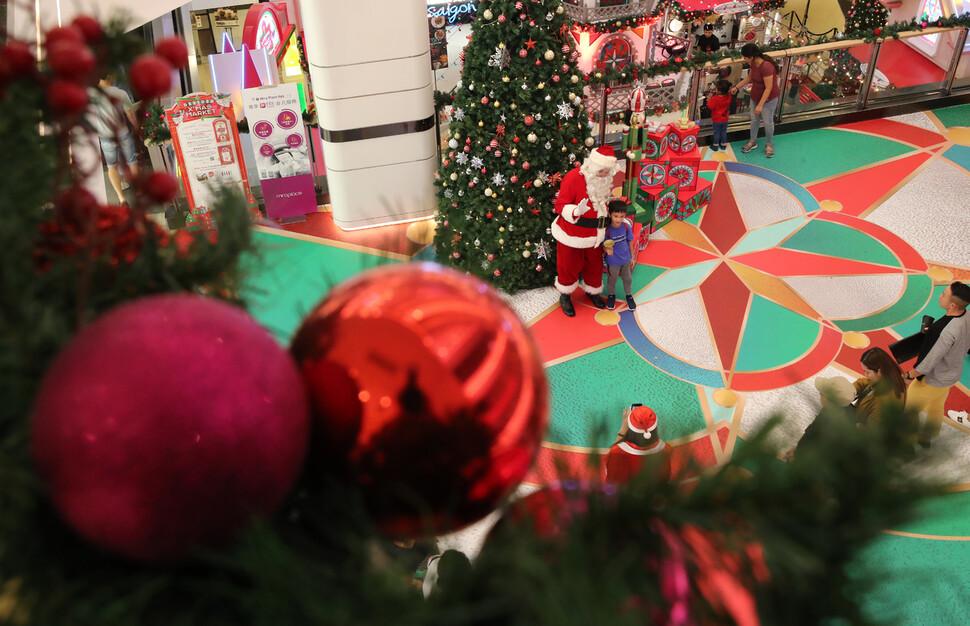 성탄절을 한 달여 앞둔 지난 25일 홍콩의 거리와 상점에는 성탄트리가 세워졌다. 영롱한 전구 아래에서 빨간 옷을 입은 산타가 지나가는 아이들과 손을 마주치며 기념사진을 찍어주기도 했다.