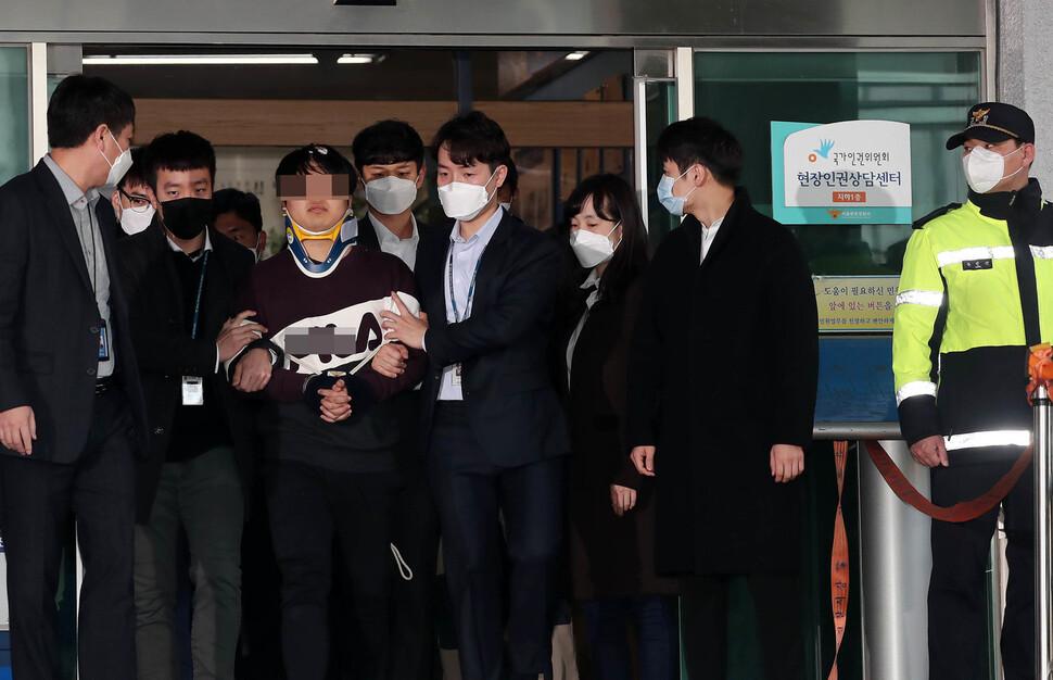 인터넷 메신저 텔레그램에 '박사방'을 열어 미성년자를 포함한 여성들을 대상으로 성착취 범죄를 저지른 혐의를 받고 있는 '박사' 조주빈이 25일 오전 서울중앙지검으로 송치되기 위해 종로경찰서를 나서고 있다. 공동취재사진