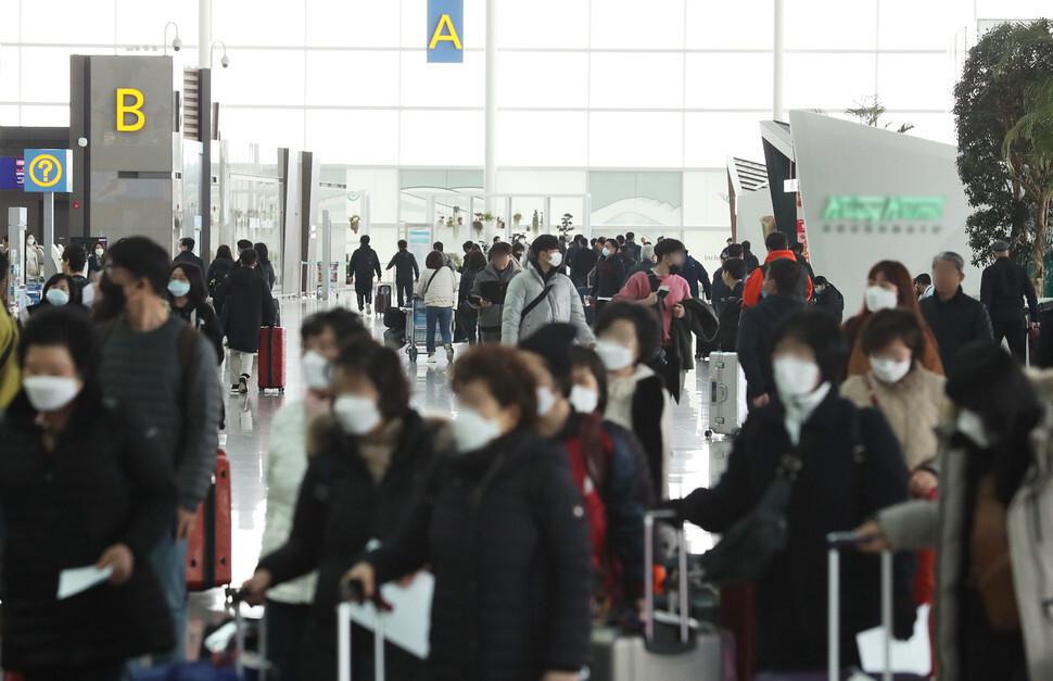 신종 코로나바이러스 감염증 확산이 우려되는 지난달 2일 오후 인천공항 2터미널에서 이용객들이 마스크를 쓰고 이동하고 있다. 연합뉴스